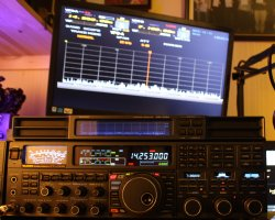 Yaesu FTDX5000MP with DMU Station Monitor